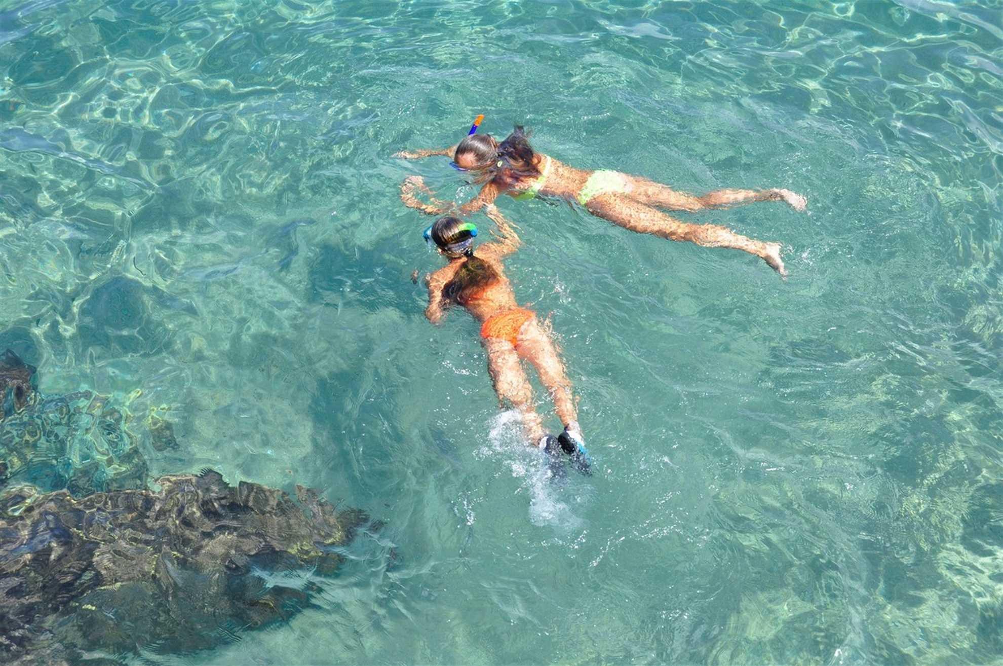 Barn som snorkler i Adriaterhavet