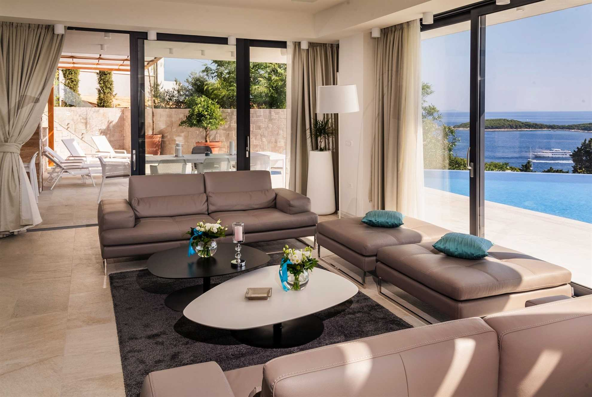 Salongområde med basseng med utsikt over havet i Luxury Villa Princess of Hvar i Hvar Town