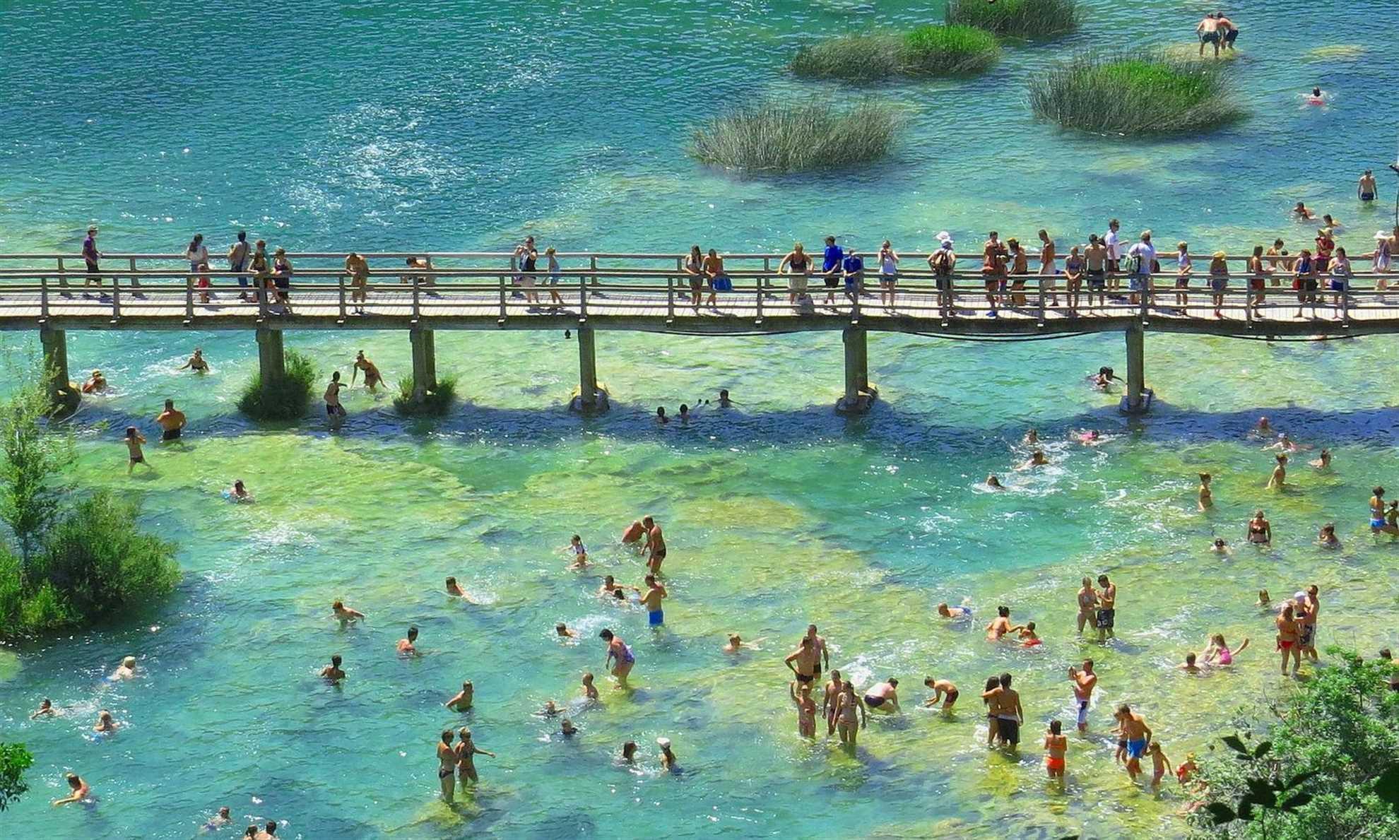 Treveier over vann i Krka Waterfalls National Park