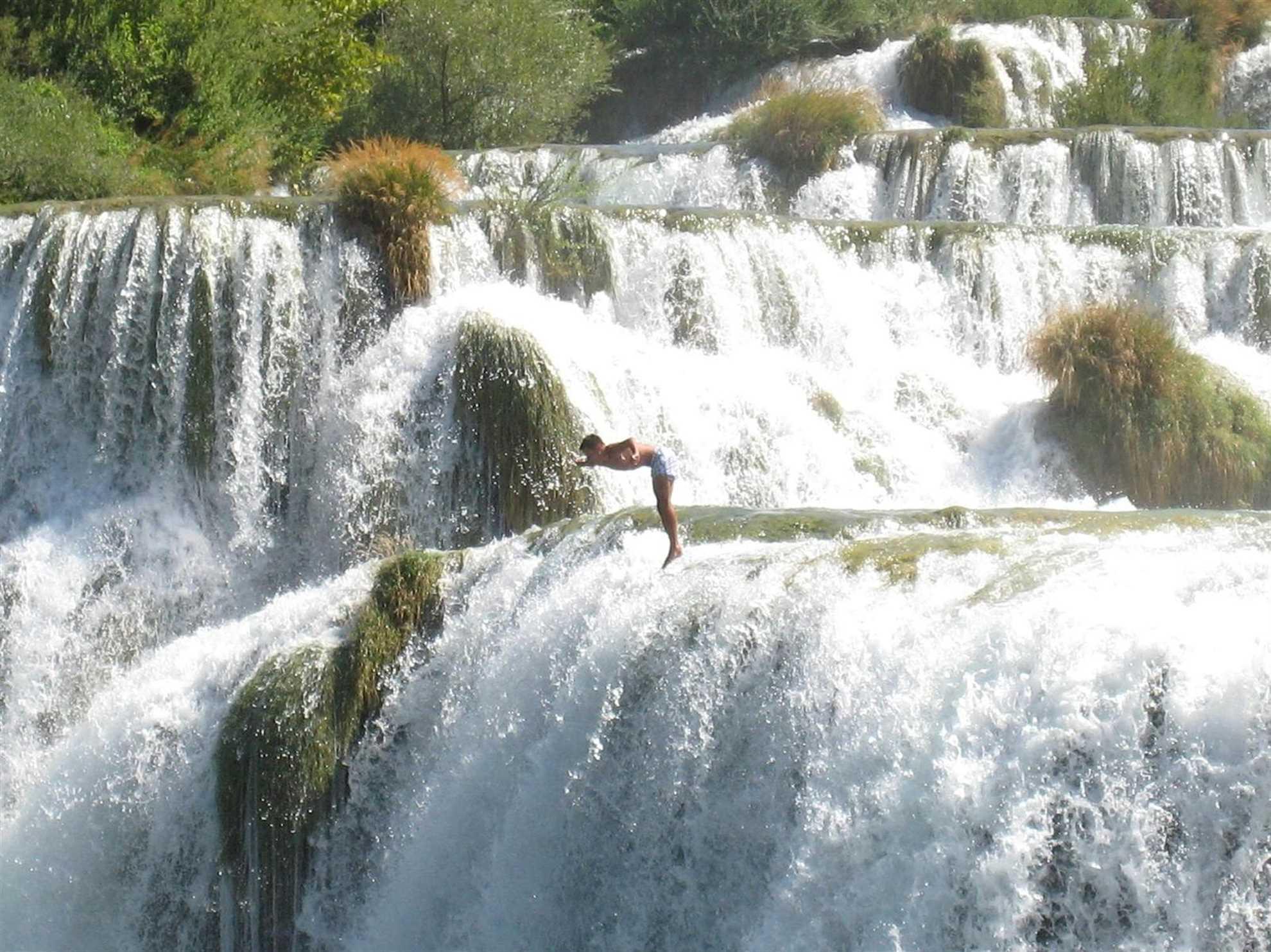 Skradinski Buk, mannen hopper i vannet